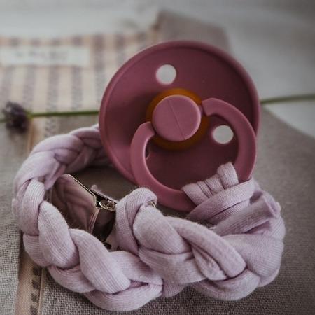 Hi Little One Warkoczykowa bawełniana zawieszka do smoczka lavender